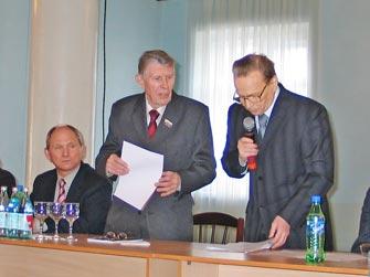 Владимир Тимофеевич Анисимов (в центре) на конференции, посвященной 100-летию Гатчинской прессы