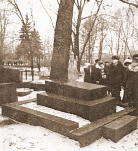 Могила А.И. Куприна на Литераторских мостках Волковского кладбища